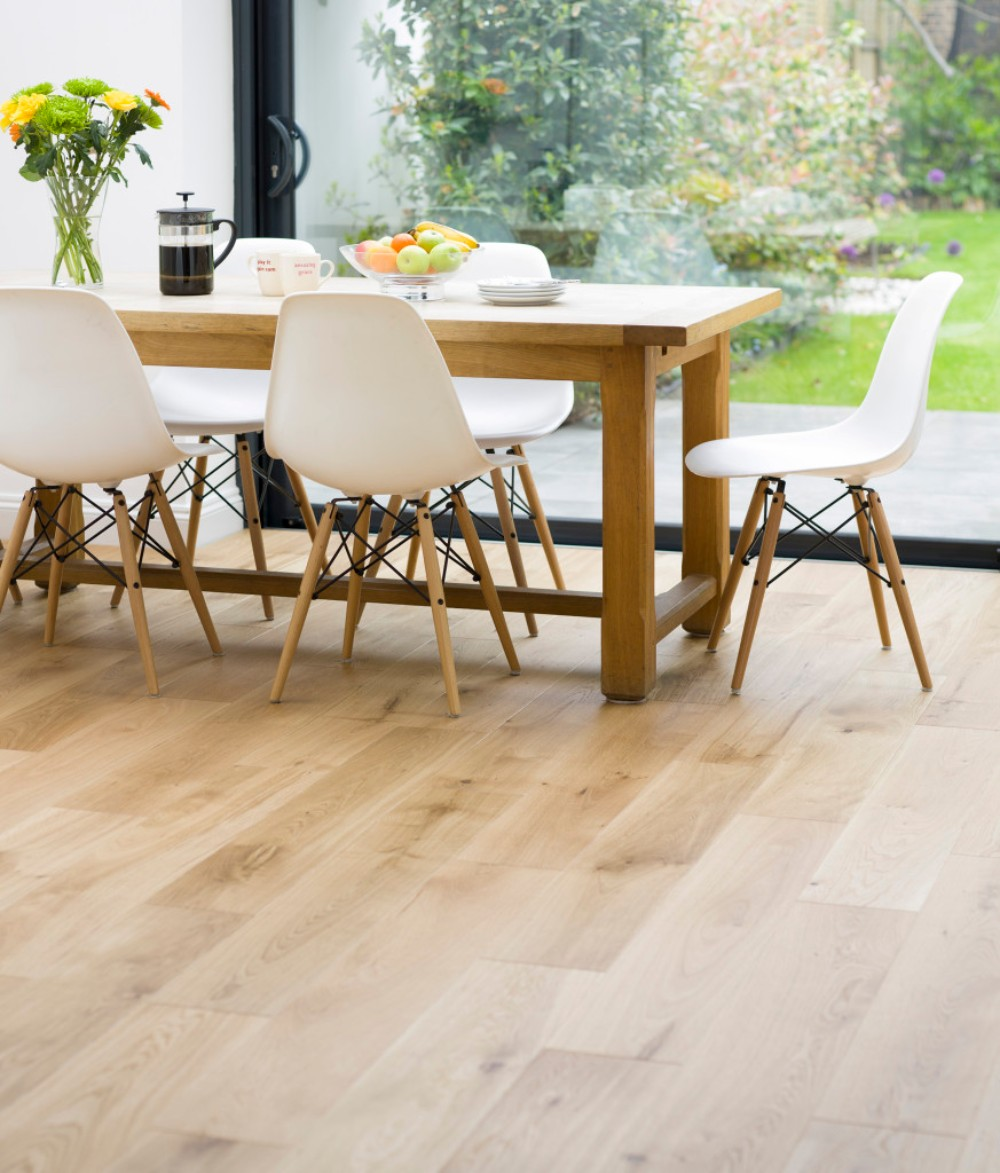 10 oak dining tables that you need for your dining room for Dining room flooring