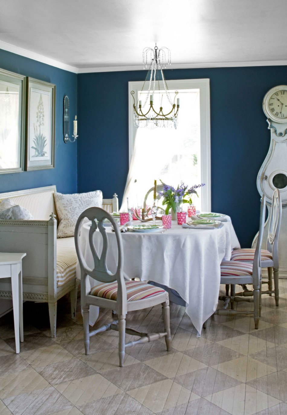 colors 10 Colors That Look Amazing In The Dining Room Area dark blue