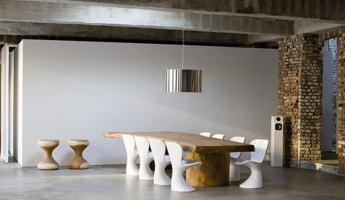 Summer Trends: Combine your Rusty Table With Modern Dining Chairs