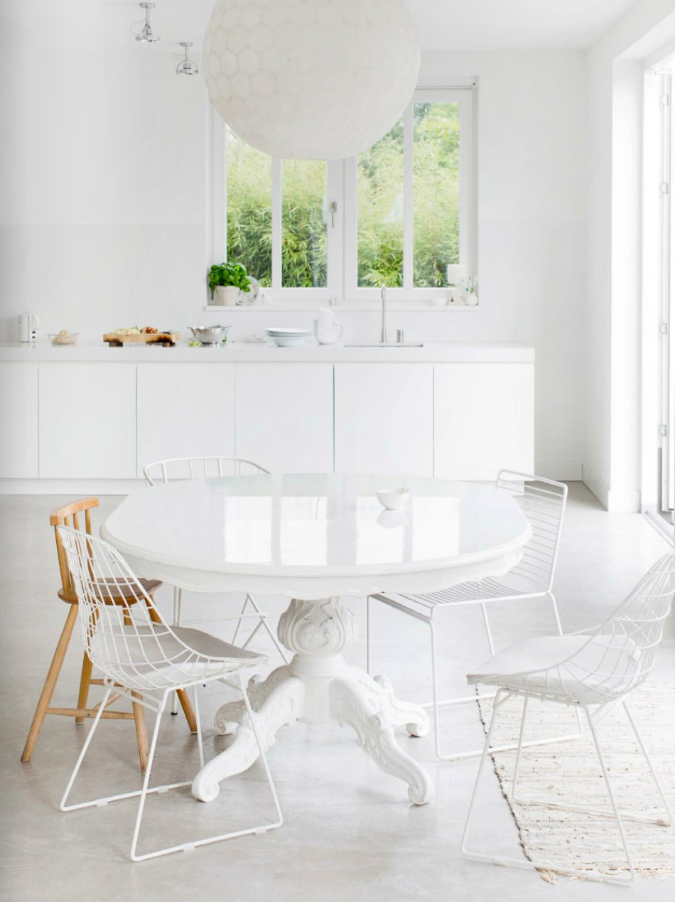 10 Brilliant Ideas Of All-White Dining Rooms | www.bocadolobo.com #moderndiningtables #diningarea #thediningarea #diningareadesign #white #luxury #allwhite #interiordesign #homedecorideas @moderndiningtables Dining Room 10 Brilliant Ideas Of All-White Dining Rooms 10 Brilliant Ideas Of All White Dining Rooms 1