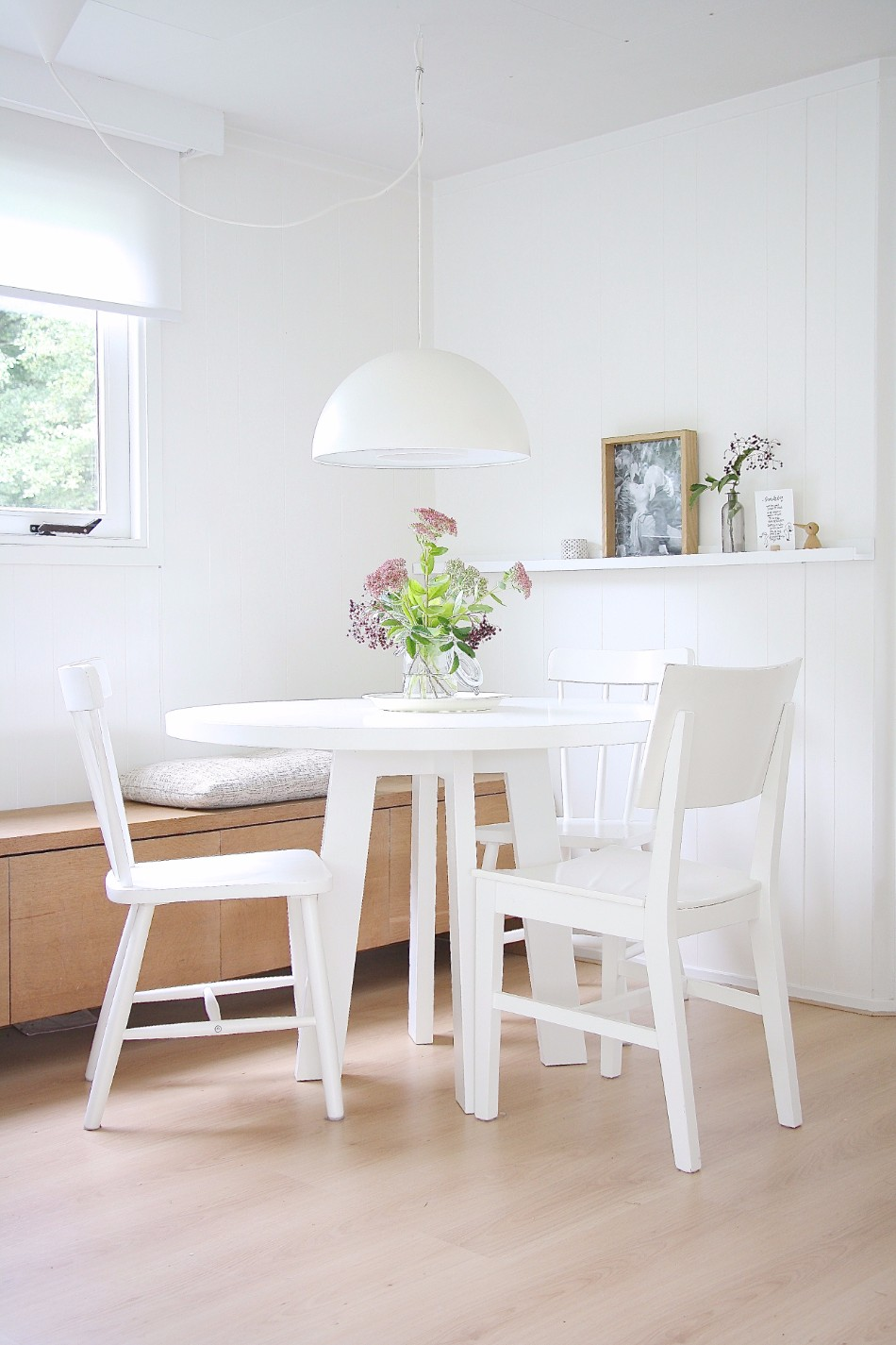 10 Brilliant Ideas Of All-White Dining Areas | www.bocadolobo.com #moderndiningtables #diningarea #thediningarea #diningareadesign #white #luxury #allwhite #interiordesign #homedecorideas @moderndiningtables Dining Room 10 Brilliant Ideas Of All-White Dining Rooms 10 Brilliant Ideas Of All White Dining Rooms 7
