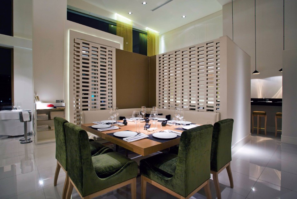 Amazing Dining Tables Choices By Top Interior Designers Worldwide | www.bocadolobo.com #moderndiningtables #diningroom #diningroomdesign #diningarea #thediningroom #luxurybrands #topinteriordesigners #famousinteriordesigners #bestinteriordesigners #luxurybrands #interiordesign #exclusivedesign @moderndiningtables top interior designers Amazing Dining Rooms By Top Interior Designers Worldwide marisa gallo