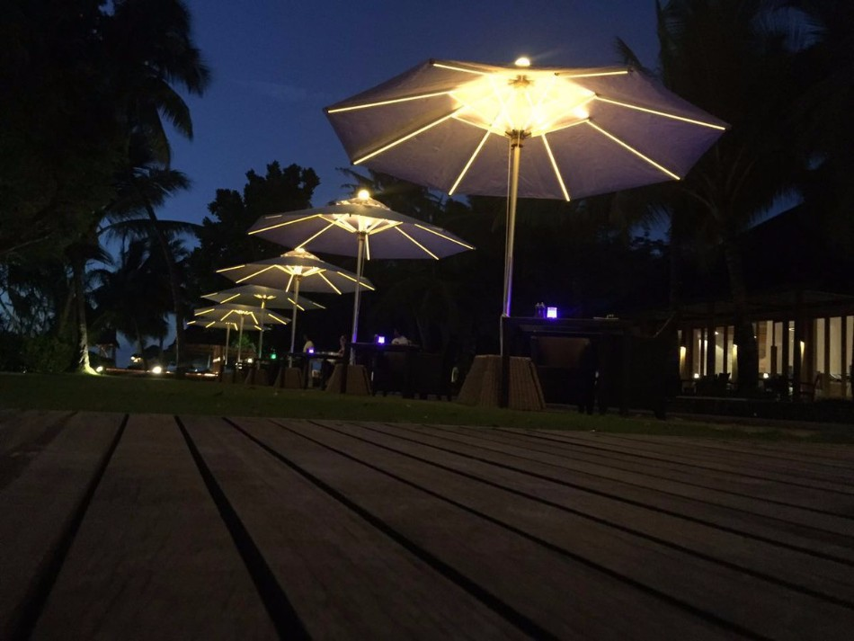 The Illuminated Parasol You'll Need in Your Outdoor Dining Room | www.bocadolobo.com #diningroom #diningarea #thediningroom #outdoor #outdoordinner #diningtables #moderndiningtables #luxurybrands #exclusivedesign @moderndiningtables
