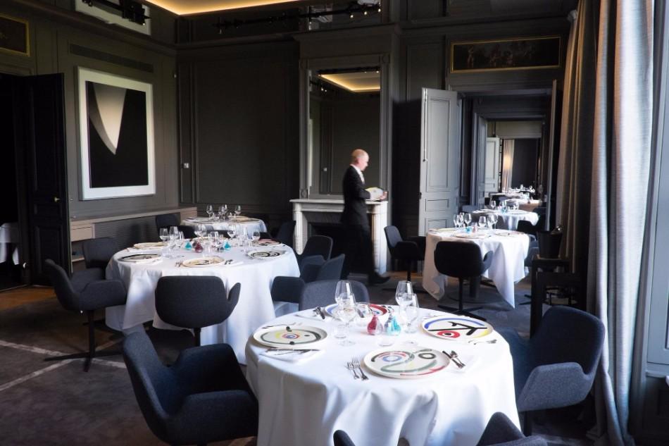 10 Super Chic and Sophisticated Luxury Restaurants in Paris | www.bocadolobo.com #luxuryrestaurants #restaurants #parisrestaurants #restaurantdesign #moderndiningtables #diningarea #diningroom #diningdesign #roomdesign @moderndiningtables