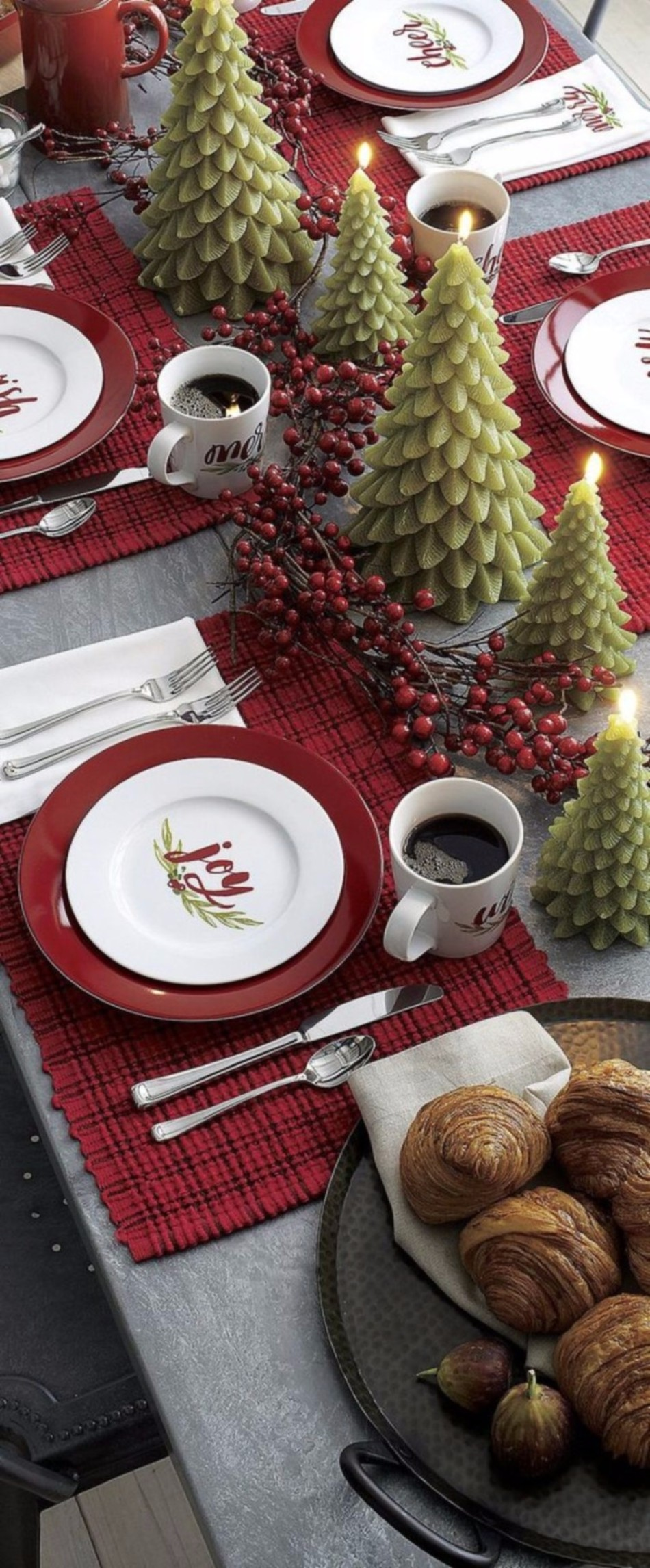 5 Ideas on How to Prepare The Best Dining Table Decor for Christmas | www.bocadolobo.com #moderndiningtables #diningroom #thediningroom #diningtable #christmas #christmasdecor #tableware #tabledecor @moderndiningtables dining table decor 5 Ideas on How to Prepare The Best Dining Table Decor for Christmas 5 Ideas on How to Prepare The Best Dining Table Decor for Christmas 11