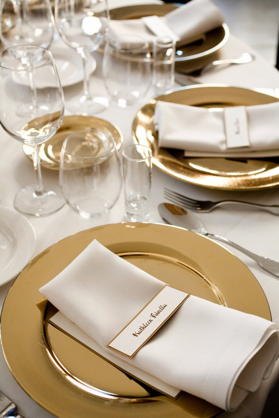 5 Ideas on How to Prepare The Best Dining Table Decor for Christmas | www.bocadolobo.com #moderndiningtables #diningroom #thediningroom #diningtable #christmas #christmasdecor #tableware #tabledecor @moderndiningtables dining table decor 5 Ideas on How to Prepare The Best Dining Table Decor for Christmas 5 Ideas on How to Prepare The Best Dining Table Decor for Christmas 7