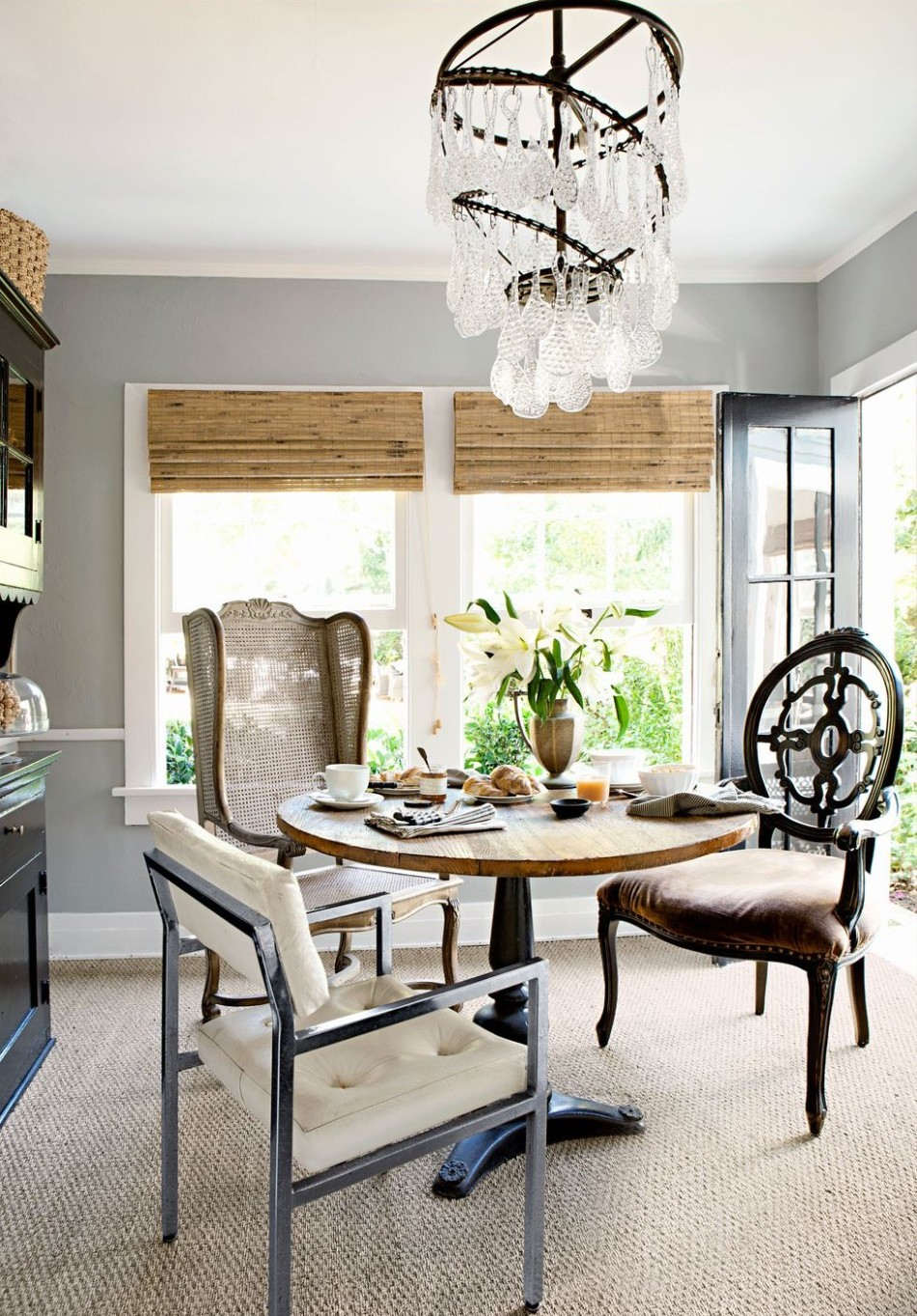 10 Different Ways to Make A Statement in Your Dining Area | www.bocadolo.com #diningroom #diningarea #statementpieces #interiordesign #exclusivedesign #moderndiningtables @moderndiningtables