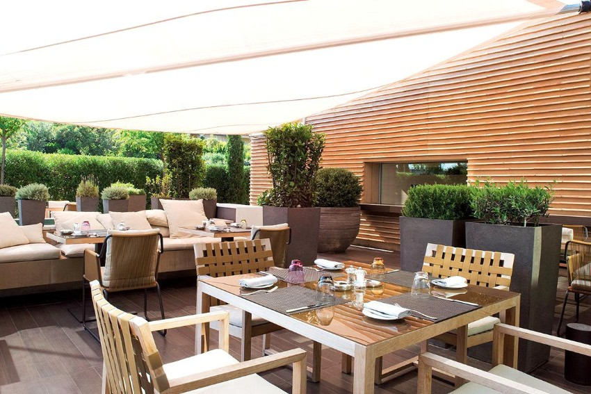 outdoor dining 10 Elegant Outdoor Dining Areas To Inspire You This Summer 9 10 Elegant Outdoor Dining Areas To Inspire You This Summer